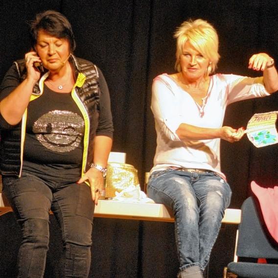 """In den """"Wechseljahren"""": Petra Binder (li.) und Doris Reichenauer. Foto: Stahlfeld"""