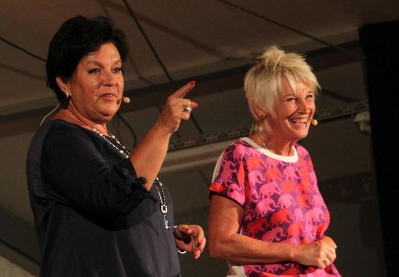 Die Kabarettistinnen Petra Binder (links) und Doris Reichenauer schnatterten ohne Unterlass – zur Freude des Publikums. (Foto: Gerhard Rundel)